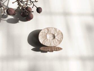 花のブローチ 木製の画像