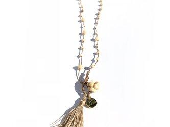 リバーストーンを絹糸でつないだネックレスの画像