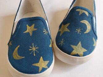 ネイビーとゴールドの夜空が大人っぽいデザインのキッズスニーカー「moon star」の画像