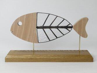 木とステンドグラスの魚の画像