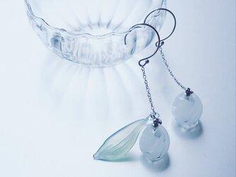 Suzuran long chain Earring white / SVの画像