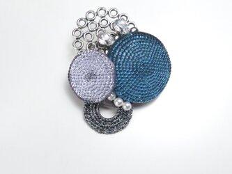 フレンチボタンのブローチ(ブルー&ラベンダー)の画像