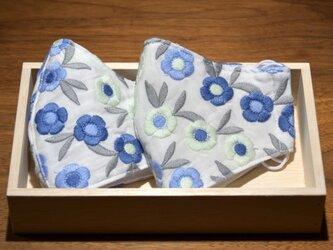 美しい刺繍のインポート生地 ブルーのお花 立体布マスク(小さめ) 1枚の画像