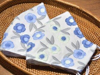 美しい刺繍のインポート生地 ブルーのお花 立体布マスク(ふつう~大きめ) 1枚の画像