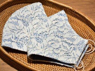 エレガントなレース生地×淡いブルーのコットン 立体布マスク(ふつう~大きめ) 1枚の画像