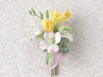 花水木とフリージアの花束 * シルクデシン・シルク絖 * コサージュの画像