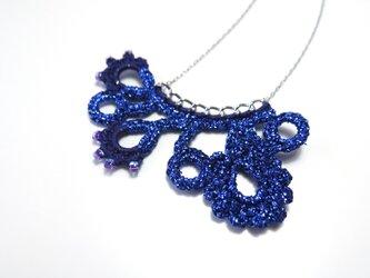 編みモチーフ フレンチラメ糸のネックレス(ブルー)の画像