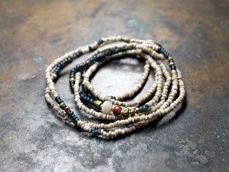 古代瑪瑙と金赤ホワイトハーツ、インディゴブルー&ホワイトビーズ、oldオリッサブラスの華奢な2連ネックレスの画像