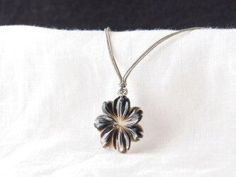 Shell Flower Pendant(ブラックシェル)の画像
