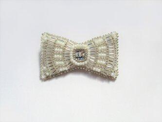 小さなリボン型ビーズ刺繍のブローチ(ホワイト)の画像