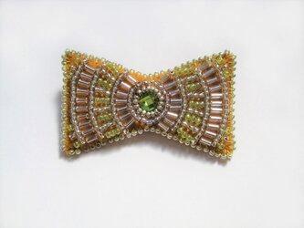 小さなリボン型ビーズ刺繍のブローチ(イエロー)の画像