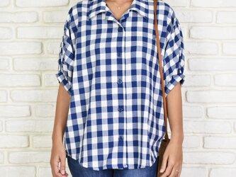 チェック柄のビッグシルエットドルマンシャツ <ブルー>の画像