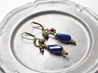 紺色ソレイユガラスと松ぼっくりブラス、ガーネットのリングピアスの画像