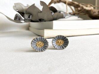 貝殻のようなお花のイヤリング / mysty grayの画像