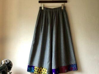 福山デニム×銘仙パッチワーク「いろいろ銘仙のガウチョパンツ」ブルー128 ワイドパンツ スカート見え フレアパンツの画像