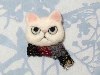 ブローチ  白猫※マフラーの画像