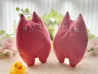 ピンクの猫のぬいぐるみ「ふにゃ〜た」の画像
