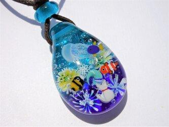 《ねこ、水族館へ行く》ペンダント ガラス とんぼ玉 クラゲ アクアリウム ネコ 熱帯魚の画像