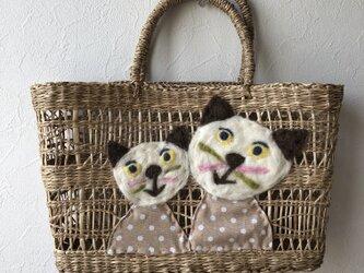猫の親子のカゴバッグの画像