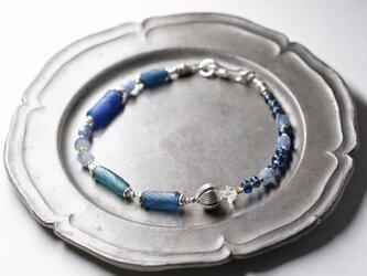ローマングラスとハーキマーダイヤモンド、カイヤナイト、蕾カレンシルバーのブレスの画像