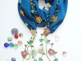 刺繍のお花付き シフォンスカーフのロングラリエット ブルーの画像