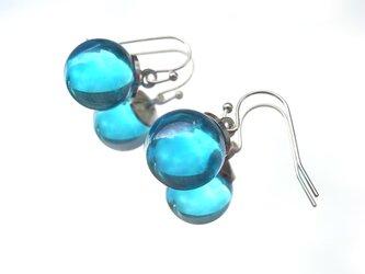 ピアス シャボン玉のようなガラス玉のピアス 水色の画像