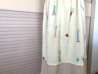 送料込・黄色い人形と花の刺繍が楽しいギャザースカート・ウエストゴム・ミモレ丈の画像