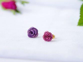 手染めレザー*ピンク&紫のバラのプチピアスの画像