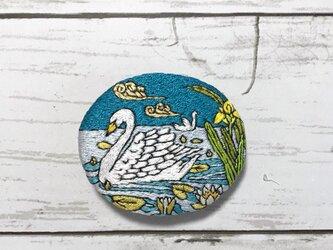 手刺繍ブローチ*モーリス・ピヤール・ベルヌーイ「装飾の動物」の白鳥の画像