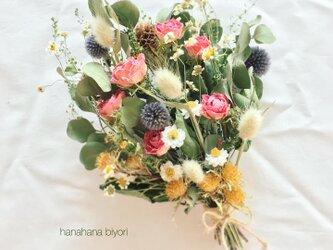 ピンクのバラと小花のブーケ・スワッグ  ※ラッピングは別途ご購入お願いしますの画像