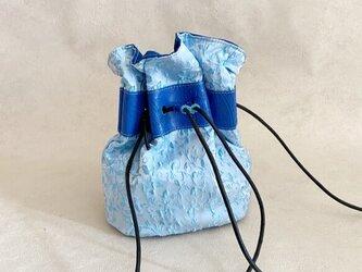 スタイリッシュブルー 巾着バッグ ファブリック ボタニカル ブルー & 牛革 ペイズリー ブルーの画像