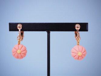 和菓子のイヤリング(ヘラ切菊 ピンク)の画像
