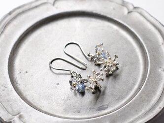 雪の結晶カレンシルバーとハーキマーダイヤモンド、カイヤナイトのピアスの画像