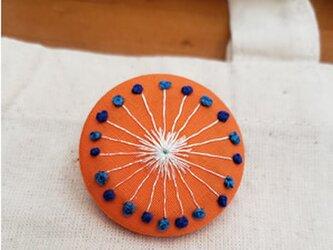 くるみボタンのブローチの画像