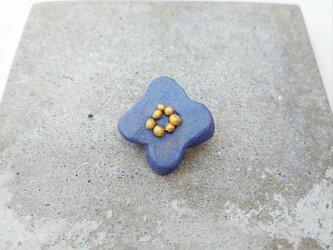 小花2(ブルーグレー) 陶土ブローチの画像