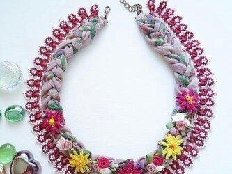 コットンとビーズの刺繡ネックレス ベリーピンクの画像