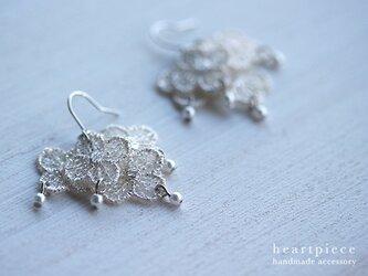 小さなお花とパールのピアス(ラメシルバー)の画像