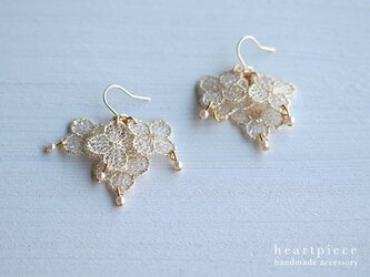 小さなお花とパールのピアス(ラメゴールド)の画像