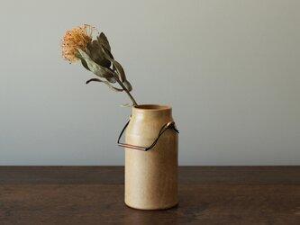 銅製ハンドル付き瓶の画像
