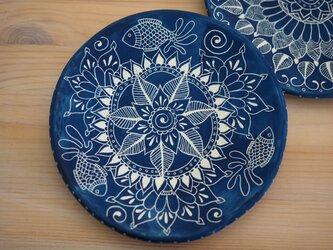 魚の青いお皿の画像