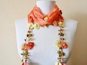 刺繍のお花つき シルクスカーフのロングラリエット サーモンピンクの画像
