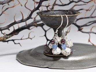 2種類の蕾カレンシルバーとハーキマーダイヤモンド、ガーネット、カイヤナイトのピアスの画像