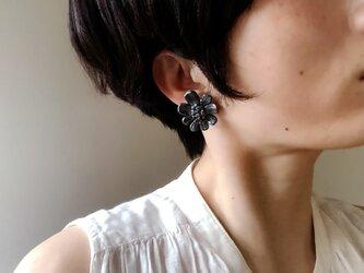 黒いお花のイヤリングの画像