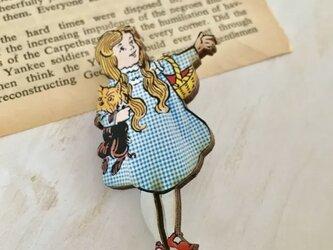 木製  オズの魔法使い  ドロシー  ブローチの画像