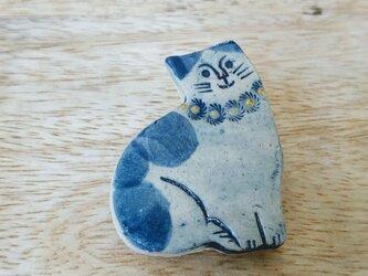 おすまし猫のブローチの画像