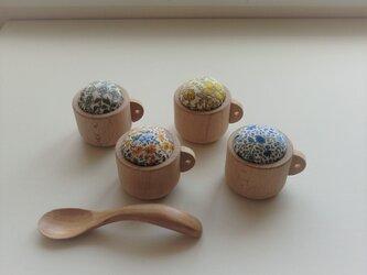 コーヒーカップの小さなピンクッション(リバティプリント)の画像