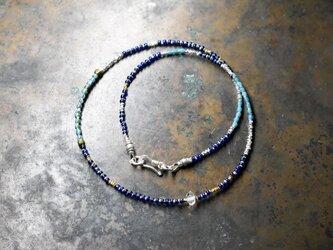 ハーキマーダイヤモンドとターコイズブルーホワイトハーツ、瑠璃色ビーズ、カレンシルバーの華奢なネックレスの画像