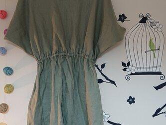 変形ドレープ袖のワンピース リネン 鶯グリーンの画像