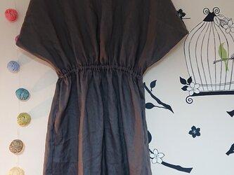 変形ドレープ袖のワンピース リネン チャコールグレーの画像