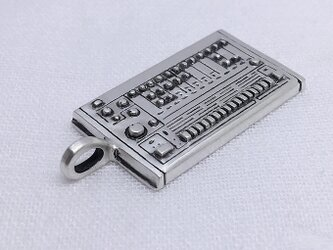 TR-808のペンダントトップ(シンセサイザーのアクセサリー)の画像